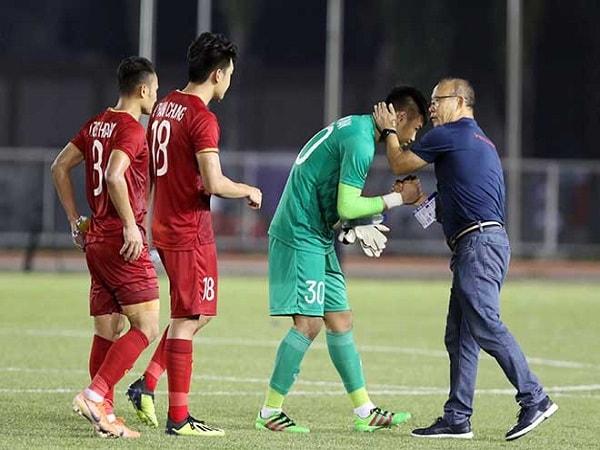 Thầy Park làm gì với thủ môn Văn Toản sau trận hòa u22 Thái Lan-min