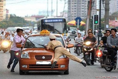 """Tài xế """"ma men"""" đấm chảy máu mặt 2 cảnh sát giao thông"""