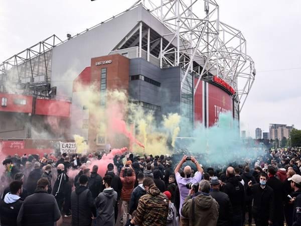Bóng đá Anh 14/5: CĐV MU biểu tình bên ngoài sân Old Trafford