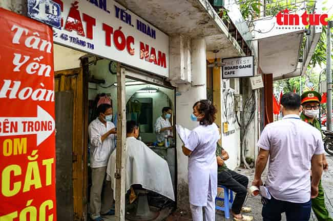 Hà Nội thực hiện cấm hàng ăn cùng quán cắt tóc từ 0h ngày 13/07